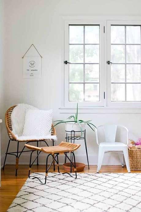 4. Poltrona de vime com puff para sala de estar – Foto Pinterest