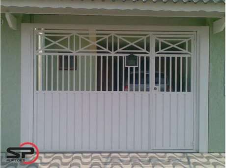55. Portão de ferro branco com parte vazada e parte inteiriça. Foto de SP Portões