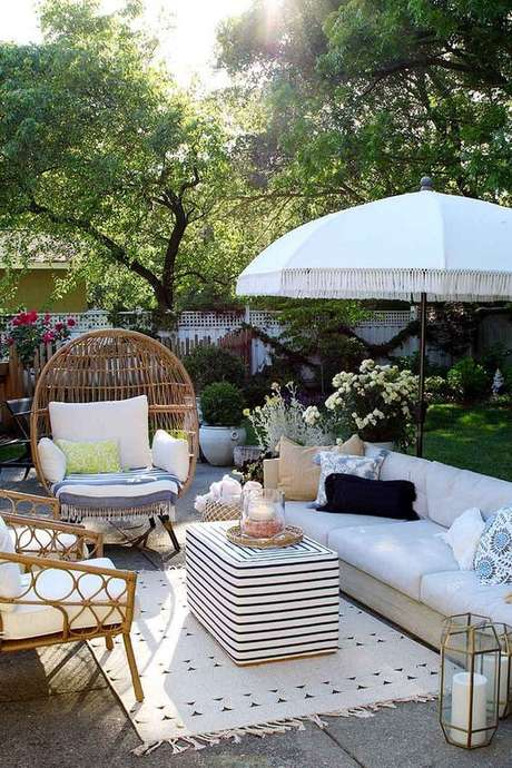 39. Poltrona de vime no jardim moderno – Foto Home Bunch