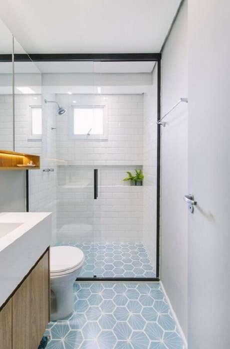 56. Azulejo de banheiro pequeno branco decorado com piso hexagonal. Foto: Pinterest