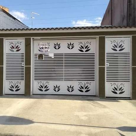 68. As flores gravadas no portão de ferro trazem um toque especial para a fachada da casa. Fonte: MA Portões