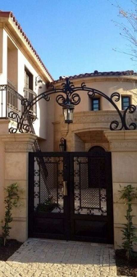 46. Portão de ferro preto com portal combinando. Foto de Pinterest