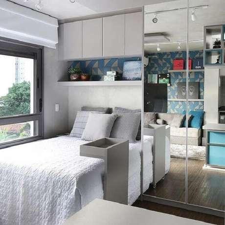8. Guarda-roupa com cama embutida: as portas espelhadas dão a sensação de amplitude ao quarto. Fonte: Decore Você