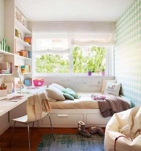 21. Quarto feminino pequeno decorado com móveis planejados – Foto El Mueble