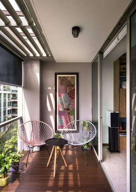 37. Poltrona de vime na varanda moderna – Foto Decostore