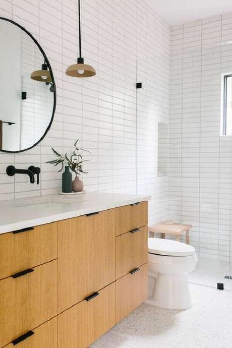 2. Azulejo para parede de banheiro branco decorado com gabinete de madeira. Foto: Homedit