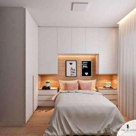 39. Modelo de guarda-roupa com cama embutida planejado em tom branco. Fonte: Yan Oliveira