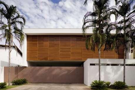 30. Casa moderna com portão de ferro marrom. Foto de Galeria da Arquitetura
