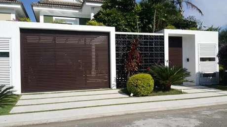 64. Portão de ferro e cobogó preto decoram e trazem segurança para a fachada de casa. Fonte: Esquadria Atitude