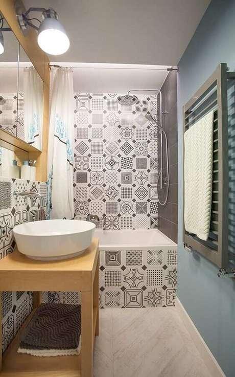62. Adesivo para azulejo de banheiro pequeno decorado com parede azul pastel. Foto: Archidea
