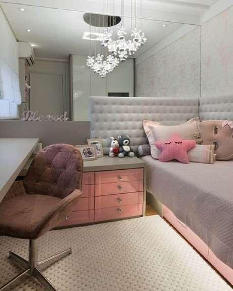 13. Parede espelhada para decoração de quarto de solteiro feminino pequeno com cabeceira estofada – Foto Homify