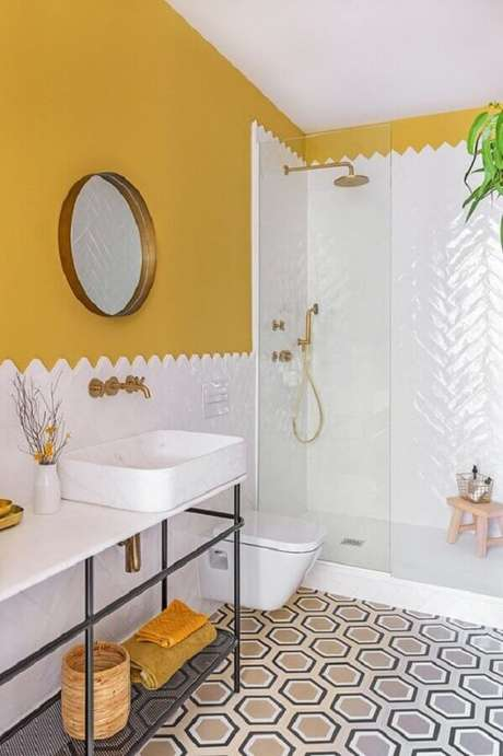 29. Decoração simples com azulejo de banheiro branco e amarelo. Foto: Pinterest