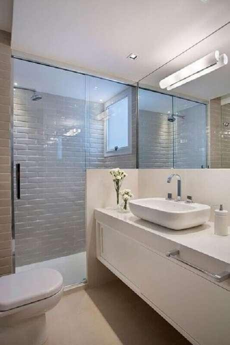 45. Decoração clean com azulejo de banheiro branco planejado. Foto: Jeito de Casa
