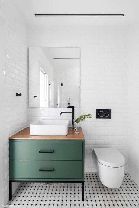 12. Azulejo para parede de banheiro branco decorado com gabinete verde. Foto: Fineshmaker
