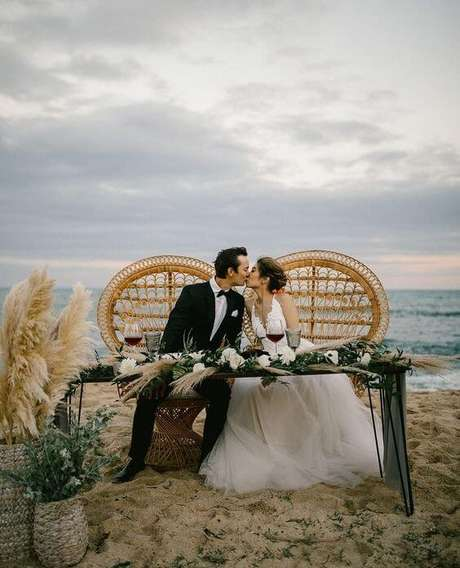 10. Casamento na praia com poltrona de vime – Foto Pinterest