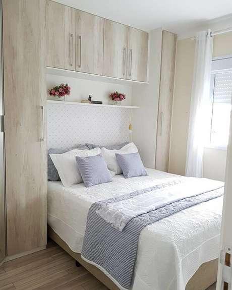 47. Tons claros de guarda-roupa com cama embutida criam um ambiente aconchegante. Fonte: Meu AP22 Van e Will
