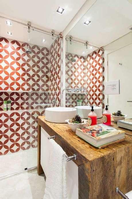10. Decoração colorida com azulejo de banheiro estampado e bancada de madeira. Foto: Archdaily