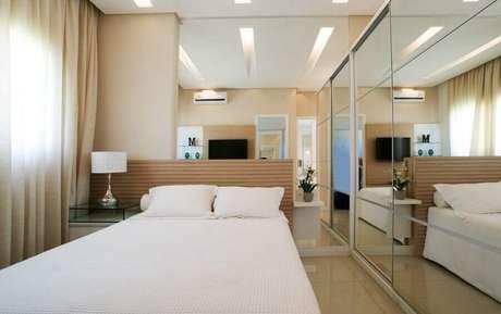 36. Cores neutras para decoração de quarto feminino pequeno com paredes e guarda roupa espelhado – Foto Ultimas Decoração