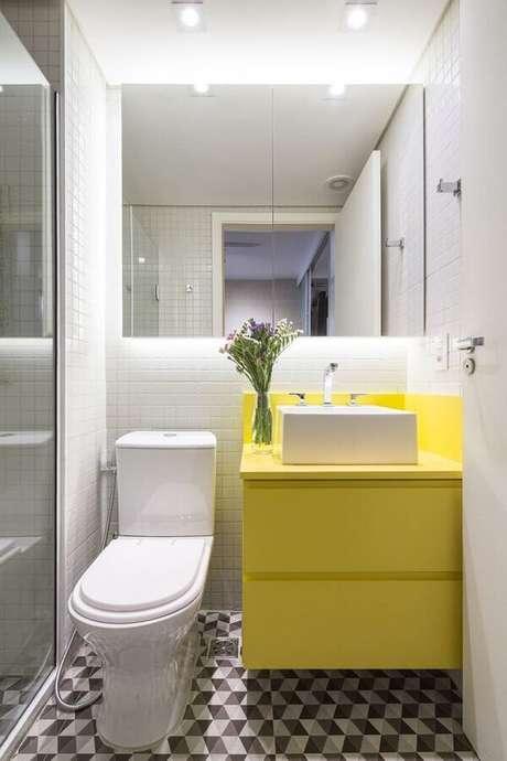 23. Ideias de azulejos para banheiro branco decorado com gabinete pequeno amarelo. Foto: Architizer