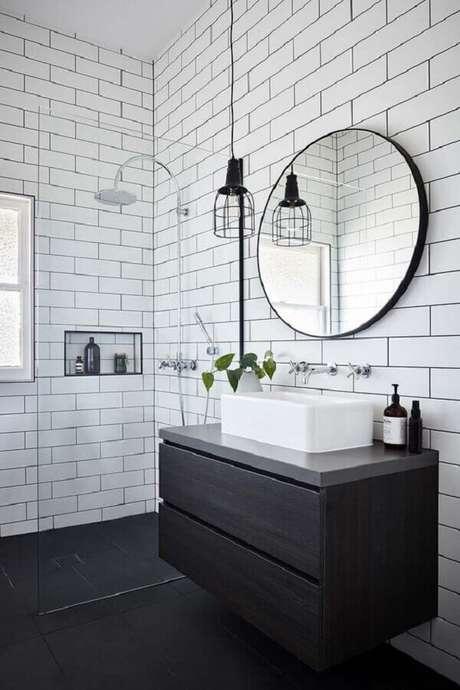 35. Decoração minimalista com azulejo de banheiro preto e branco. Foto: One Kindesign