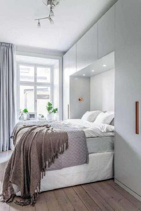 1. Dormitório decorado com cama com guarda-roupa embutido. Fonte: Revista VD