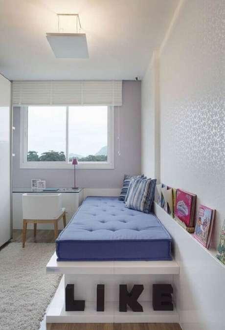 40. Decoração de quarto feminino pequeno todo branco com escrivaninha de vidro e cama planejada – Foto Pinterest