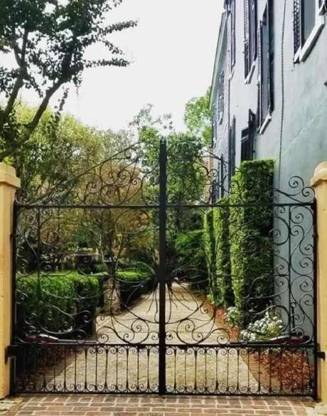69. Portão de ferro com design clássico. Fonte: Robin Garceau