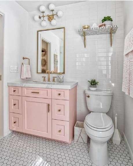 61. Azulejo de banheiro branco decorado com gabinete cor de rosa claro. Foto: We Heart It