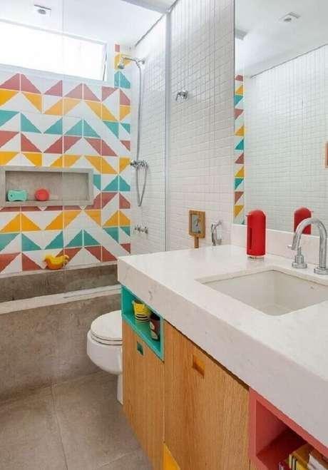 3. Decoração colorida com azulejo para box de banheiro. Foto: Lurca Azulejos