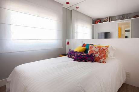 32. Almofadas coloridas para quarto feminino pequeno decorado com parede espelhada – Foto GF Projetos