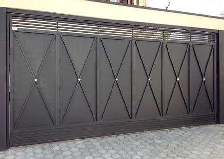 54. Portão de ferro preto com detalhes dourados. Foto de Mapeli