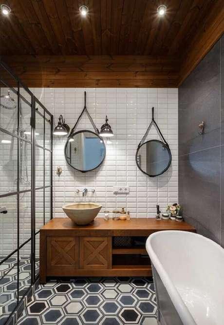 57. Azulejo de banheiro moderno decorado com armário de madeira. Foto: Archilovers