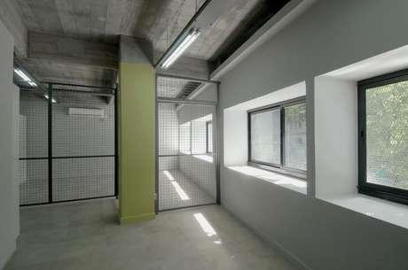 3. O portão de ferro pode também ser usado em partes internas da casa, como nesse espaço comercial. Projeto de Estudio Sespede
