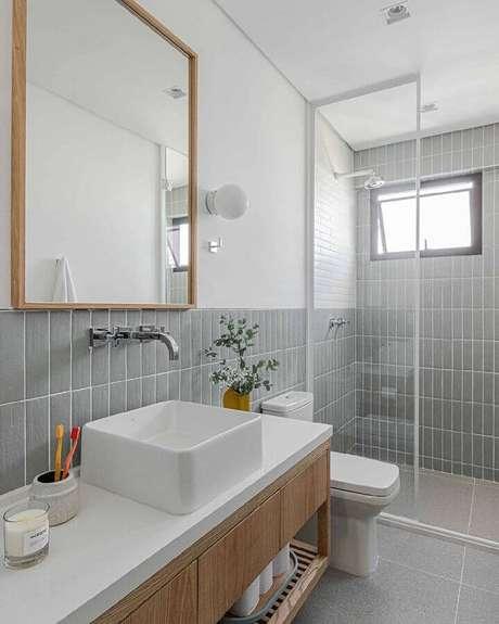 39. Decoração com azulejo para parede de banheiro cinza e branco. Foto: Duda Senna