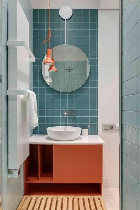 33. Decoração moderna com azulejo de banheiro azul e coral. Foto: Homify