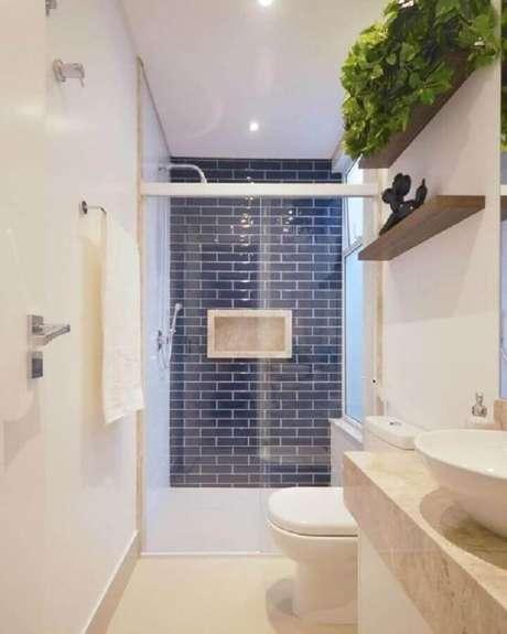 54. Azulejo de banheiro pequeno decorado em azul e branco. Foto: Jeito de Casa