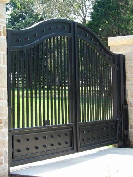38. Portão de ferro preto com duas portas. Foto de 6h8