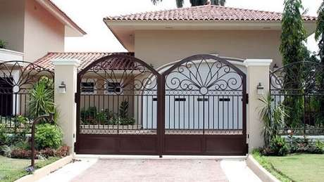 36. Modelo de portão de ferro marrom de dobradiça com duas folhas. Foto de Joseph's Closet