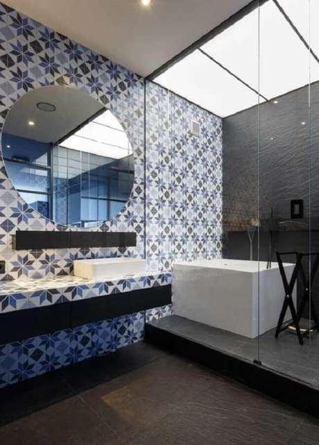 51. Azulejo estampado para decoração de banheiro moderno com espelho redondo. Foto: Archdaily