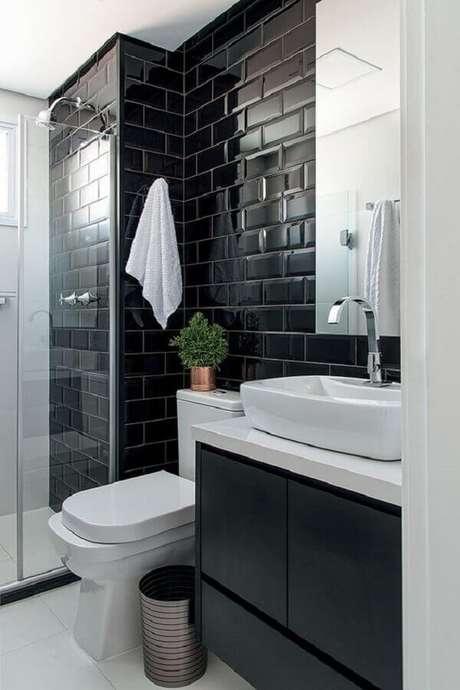 31. Decoração moderna com azulejo para parede de banheiro preto e branco. Foto: Histórias de Casa