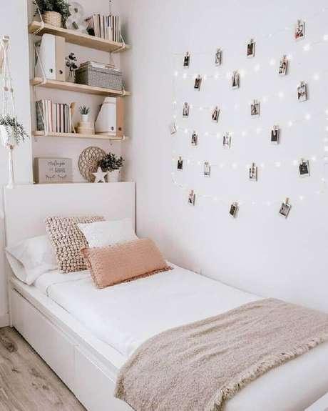 52. Decoração simples para quarto pequeno feminino com painel de fotos – Foto Pinterest