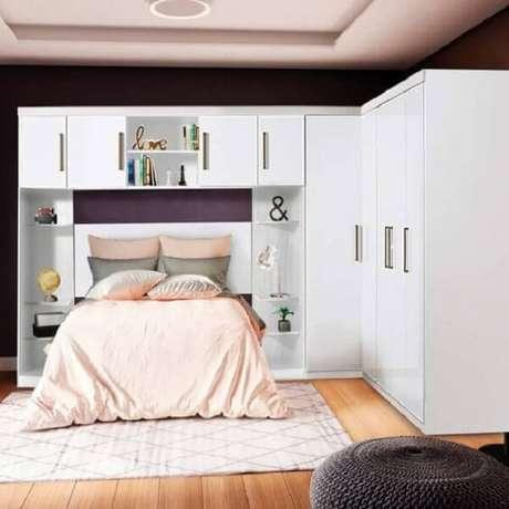 35. Modelo de guarda-roupa com cama embutida de casal para decoração clean. Fonte: Madeira Madeira