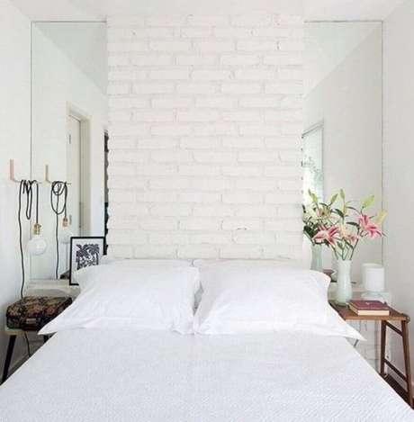 38. Decoração de quarto feminino pequeno com parede tijolinho branco e detalhe espelhado – Foto Archidea