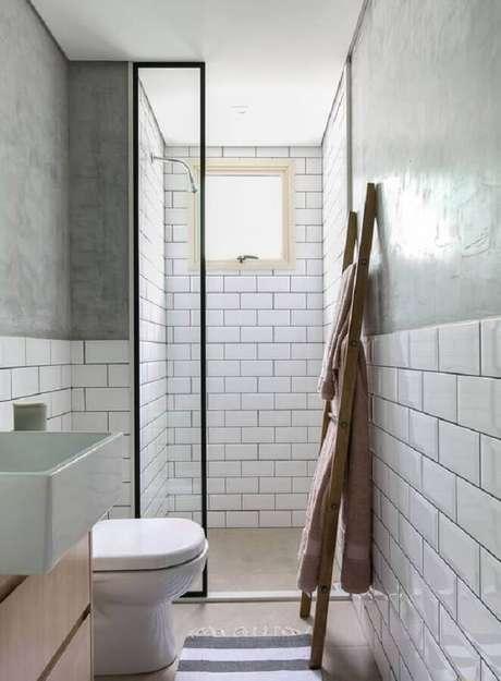 50. Azulejo de parede para banheiro branco com detalhe em cimento queimado. Foto: Gisele Rampazzo