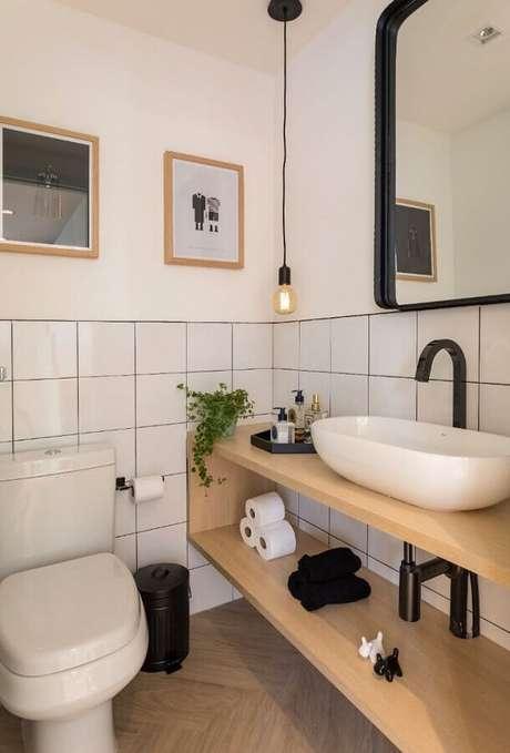 46. Azulejo para parede de banheiro simples decorado com bancada de madeira. Foto: Marina Carvalho – Arquitetura