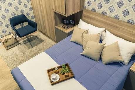 24. Guarda-roupa com cama embutida e papel de parede floral. Projeto por Simples Traço Arq