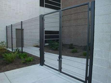 19. Portão de ferro com grade fina em tom de cinza escuro. Foto de Ametco