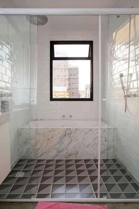 63. Azulejo de banheiro branco decorado com banheira de mármore e piso geométrico. Foto: Home Fashion Trend