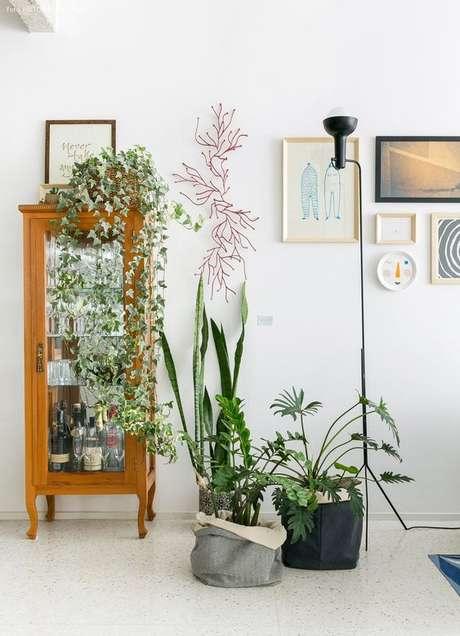 8. Cristaleira pequena de vidro e madeira na sala moderna – Foto Histórias de casa