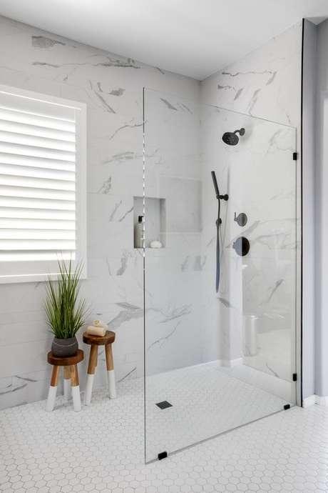 32. Revestimento marmorizado no banheiro moderno – Foto Homebunch
